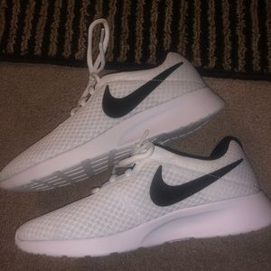 BRAND NEW NIKE WHITE ATHLETIC SHOES